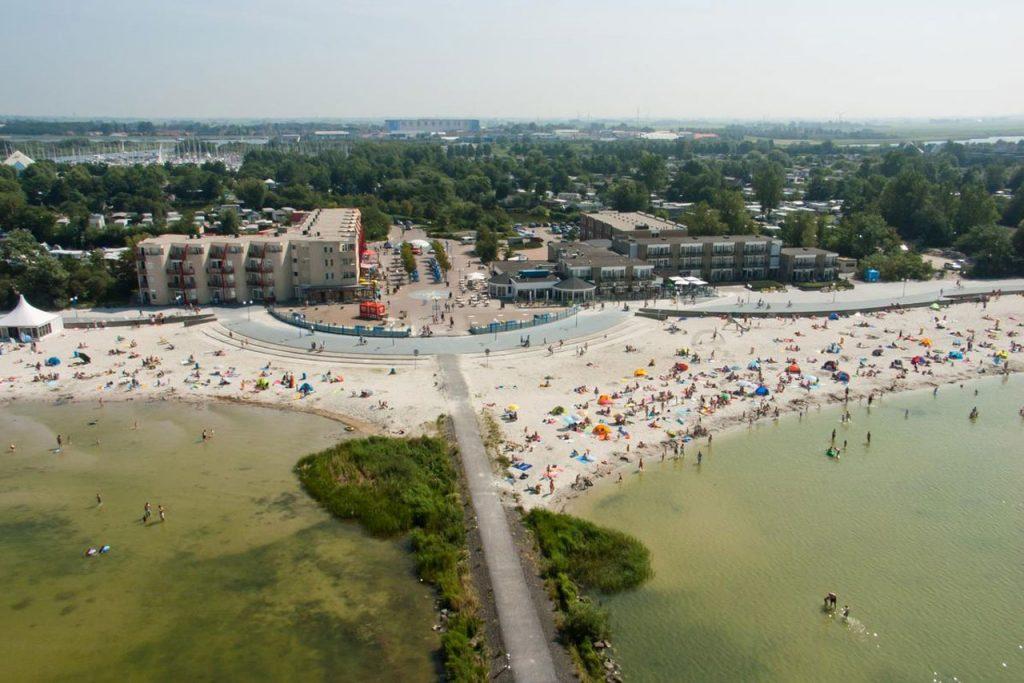 Hotel aan het strand in Makkum